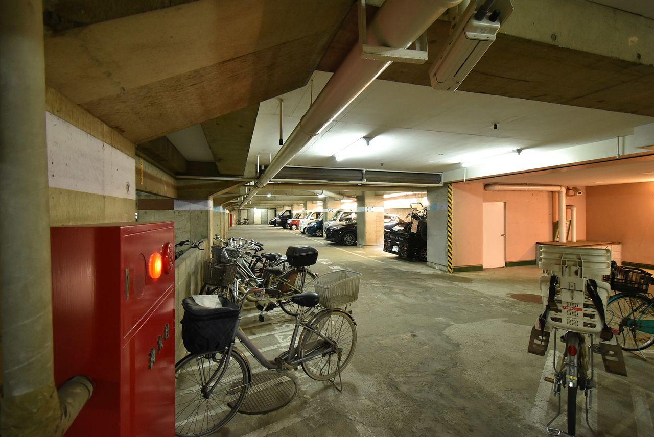 広い駐輪スペースと奥に駐車場
